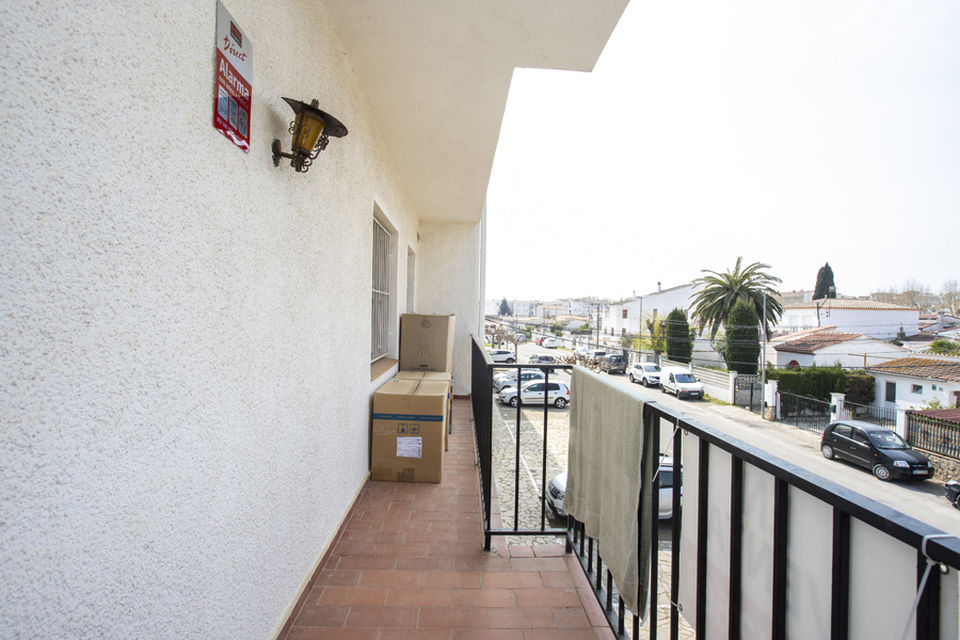 2 bedroom apartment in residence with pool and garden