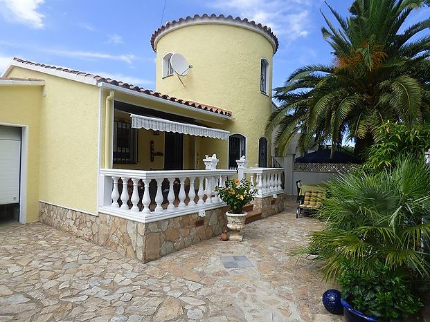 Modern, renovated villa in a beautiful residential area