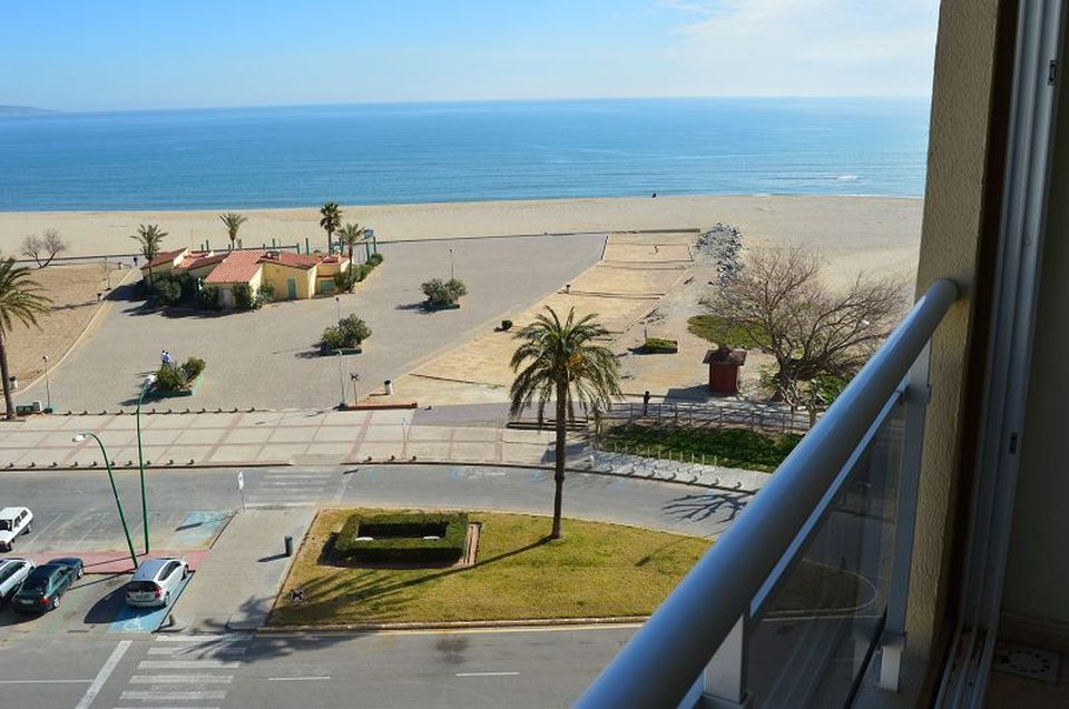 Bright holiday flat with views to the bay of Roses