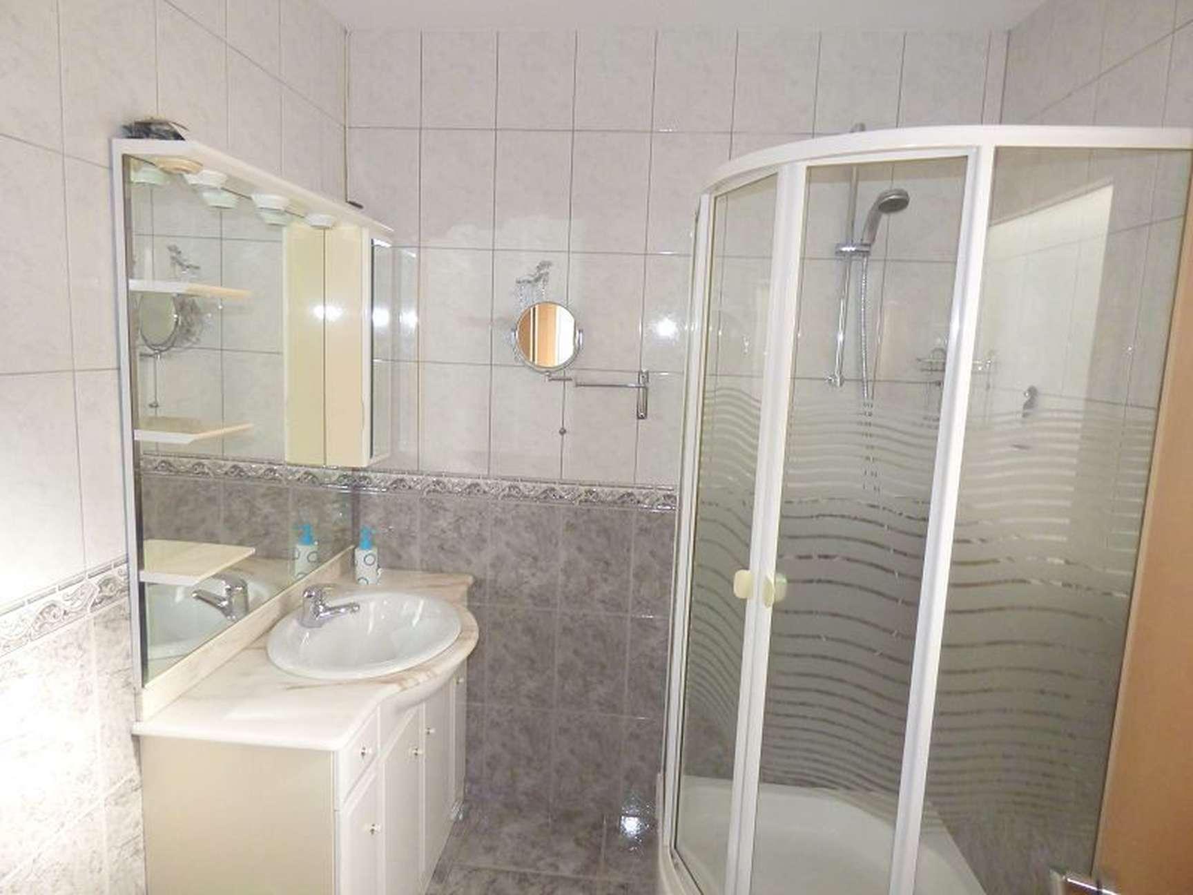 Meuble Salle De Bain Girona vente parfaite villa avec piscine dans un quartier