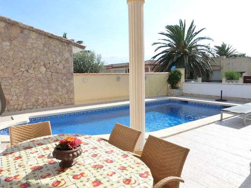 Beautiful modern villa with pool in a quiet residential area