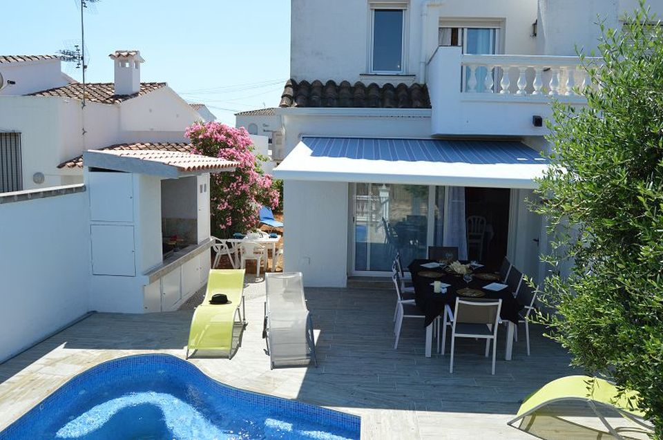 Nice holiday villa with pool and mooring of 7,5 m in Empuriabrava