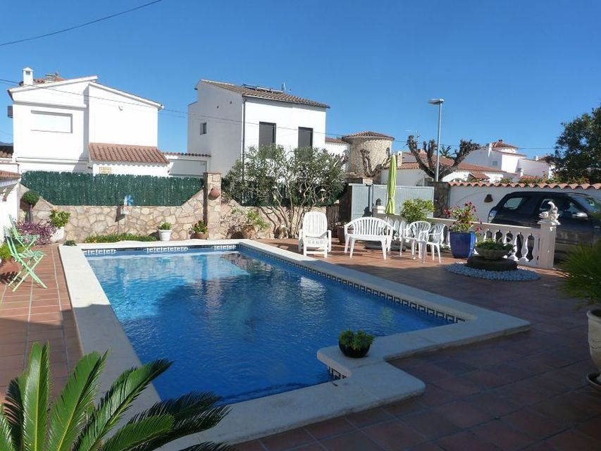 Beautiful, modern villa with pool in a quiet residential area