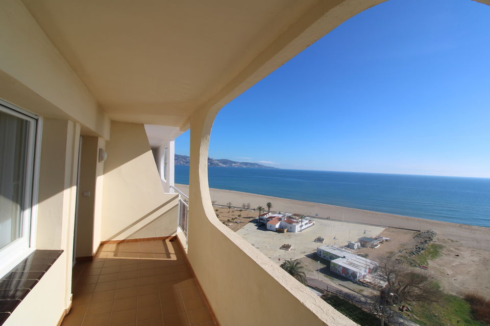 Nice holiday apartment opposite the beach of Empuriabrava