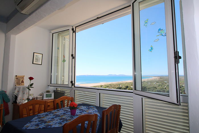 Bright apartment with sea view near the beach