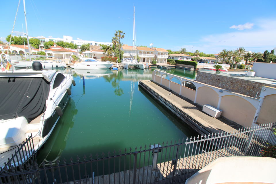 Exclusive villa in best residential area with mooring of 17x8 m