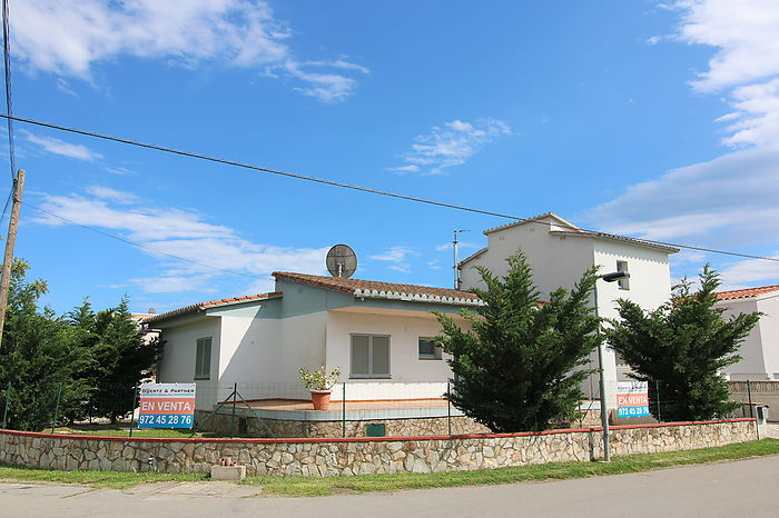 Villa with 2 studios, for renovation in the best residential area