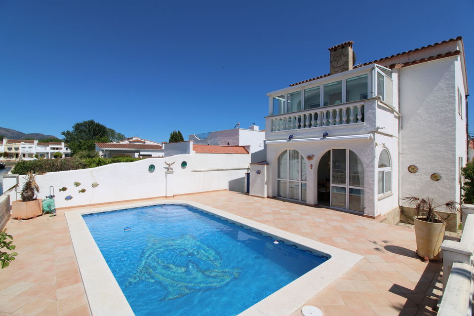 Magnificent villa with pool and mooring of 12 m