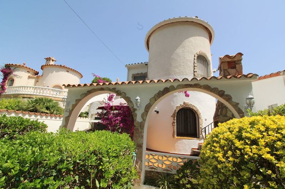 Villa in a good residential area of ​​Empuriabrava