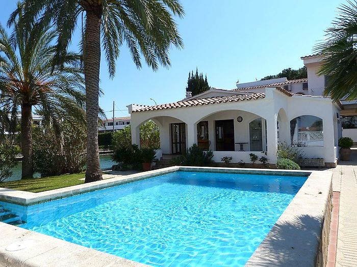 Spacious villa on the main canal, with pool and 20+30 m mooring!
