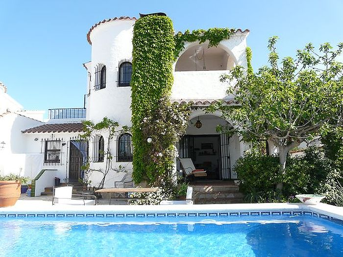 Beautiful villa on the canal with 8x4 M pool