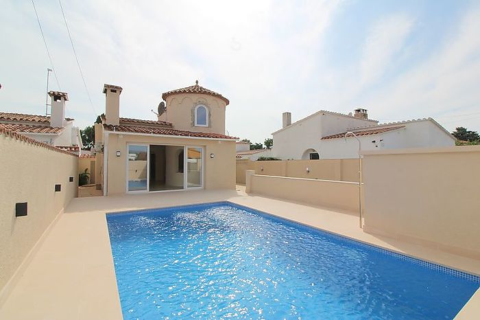 Renovated, modern villa with pool in popular residential area