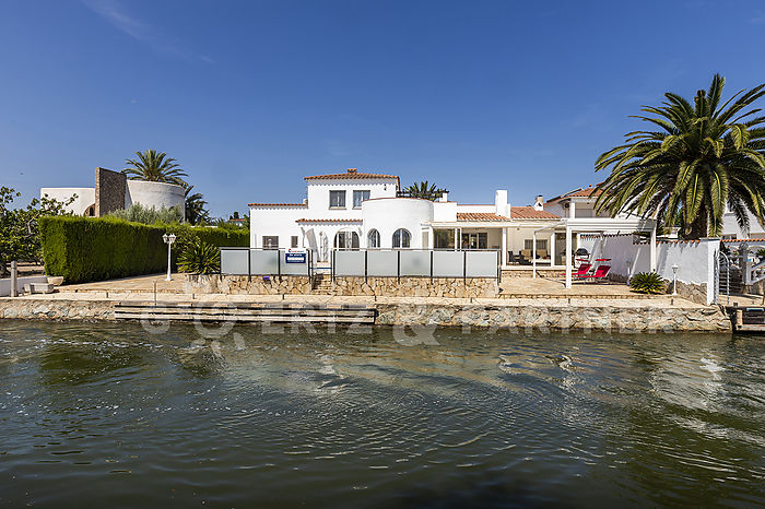 Villa in good condition, on the canal, on a 1000 m2 plot