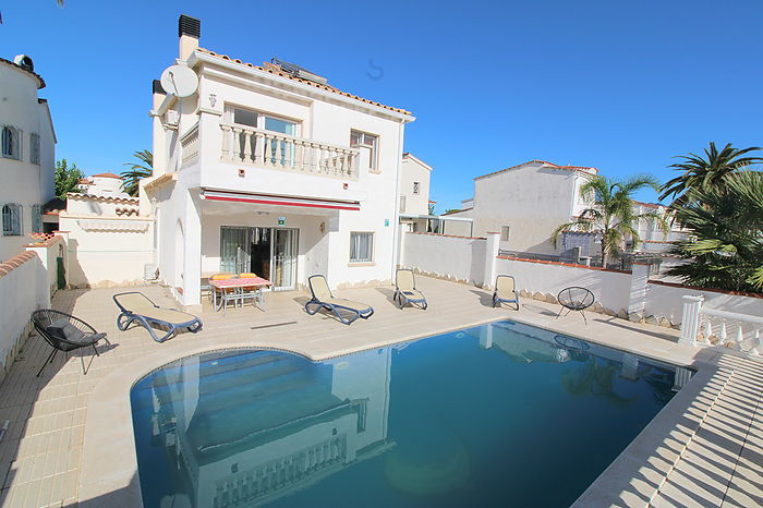 Modern villa with pool, separate apartment and 12,5 m mooring