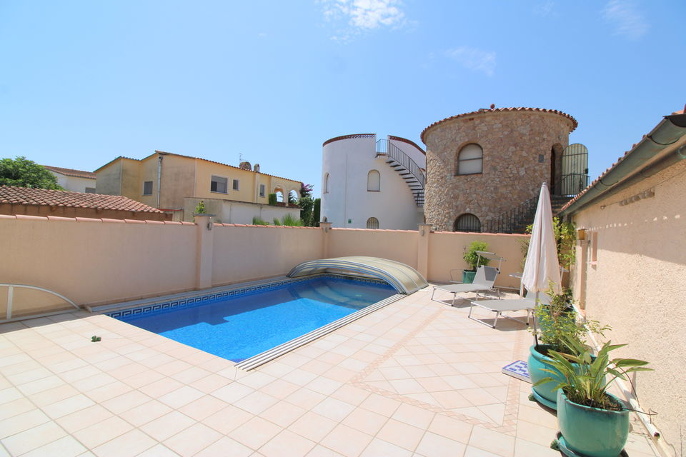 Beautiful villa with pool in quiet residential area