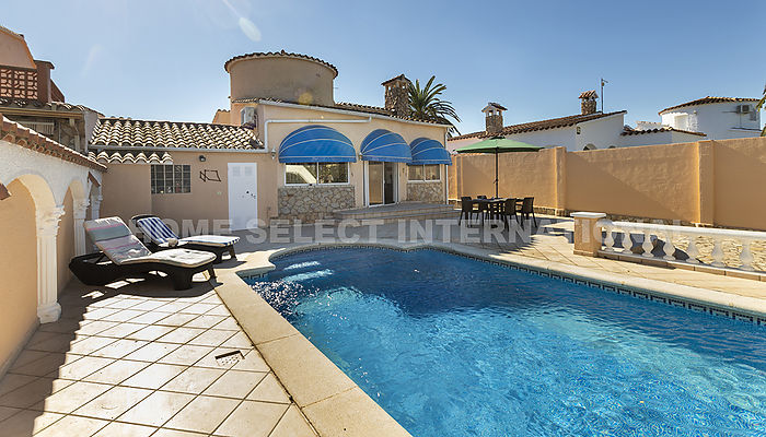 House for rent in Empuriabrava with 2 bedrooms and a mooring of 8 meter